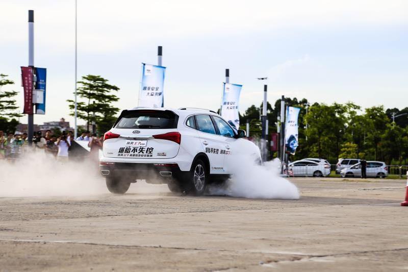 【超级SUV】瑞风S7爆胎不失控 引爆佛山