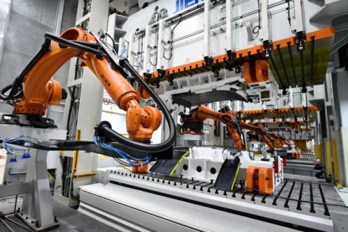 高效精准 近千台机器人打造金菓EV智能工厂